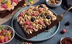 Saftig sjokoladekake med lys sjokoladekrem Something Sweet, Acai Bowl, Cupcake, Bakery, Ice Cream, Sweets, Breakfast, Desserts, Recipes