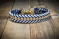 Dog: Collars - Robust Paracord dog collar - a designer piece by Han .Dog: Collars - Robust Paracord dog collar - a unique product by Hanseschnute on DaWandaAccording to the instructions for the dog leash, Paracord Diy, Paracord Dog Leash, Paracord Braids, Paracord Tutorial, Paracord Bracelets, Paracord Ideas, Diy Dog Collar, Collar And Leash, Dog Collars & Leashes