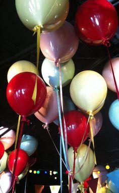 Låtsas-ballonger i taket lyfter vilket barnrum som helst. En inredningsdetalj som Joel home använder.