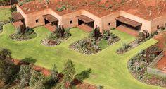 Avustralya'da yapılan proje, subtropikal bir iklimde kullanıcıların ihtiyacı olan termal konfor şartlarını sağlayabilmek için arazideki toprağı kullanıyor.