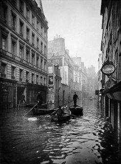 France. Rue de Seine. Seine river flood, Paris, 1910 // Roger-Viollet