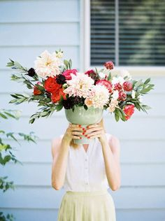 beautiful flower arrangement for a summer celebration Design Love Fest Image Via Paper & Stitch