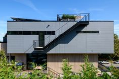 Stack House / Lane Williams Architects Completed in 2017 in Seattle United States. Images by Will Austin. Located on a steeply sloping site in a dense urban neighborhood Stack House was conceived as a series of offset cantilevering volumes with each. Board Formed Concrete, Fiber Cement Siding, Rooftop Design, Futuristic Home, Steel Stairs, Bamboo House, Cedar Siding, Narrow House, Concrete Houses