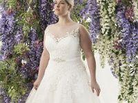 Plus-Size-Brautkleid mit hochgeschlossenem Oberteil und weitem Tüllrock Dieses Plus-Size-Brautkleid mit hochgeschlossenem Oberteil und weitem Tüllrock lässt keine Prinzessinnen-Wünsche offen. Der dezent bestickte Satin-Gürtel unterstreicht die Taille und verlängert optisch die Beine. Die matte und ruhig gestaltete Spitze macht einen schönen Ausgleich zum weiten Tüllrock. : A-Linie, Brautkleid, Brautmode, Brautmode für Dicke, Brautmode für Frauen mit Kurven, Gürtel, Knopfleiste, Komfortgröße… Satin, Wedding Dresses, Fashion, Dress Wedding, Marriage Dress, Princesses, Line, Lace, Bride Dresses