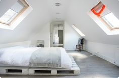 comment-fabriquer-un-lit-en-palette-idee-chambre-amenagee-dans-la-mansarde