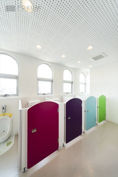 「ゆめのもりこどもえん」フォトアルバム1 - FORUM DESIGN PLUS Kindergarten Interior, Kindergarten Design, School Bathroom, Bathroom Kids, School Building Design, School Design, Casa Disney, Daycare Design, Kids Toilet