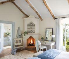 00308069. Dormitorio infantil con escritorio junto a la chimenea con estantes en la parte superior y salida a la terraza_00308069