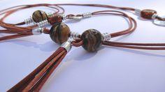 Collar de cuero marrón, cuentas cerámicas y piezas zamak.