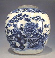 A fine and rare Fitzhugh type Large 18th Century Chinese Export porcelain Qianlong period blue and white jar.