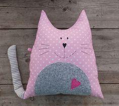 Kočka Týna polštář polštářek ve tvaru kočičky z bavlněného plátna bříško z pleteniny polyesterové výplň polyesterové duté vlákno výška 35cm