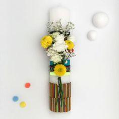 …sau cum să îmbrățișezi o demență de culori și texturi ce vorbesc despre îndrăzneală, exuberanță și energie. Flori colorate, Bellis Perennis galben, Mini Roze albe, Lysiantus si Gypsophila. Alăturări de culori, geometrii și structuri ca un joc copilăresc/inocent, fără reguli, fără limite. Un design vesel, pentru un eveniment vesel cu oameni veseli. Îndrăznește să nu renunți la joacă! De fapt, în viață ne jucăm de-a trecerea anilor… Bellis Perennis, Margarita Flower, Daisy