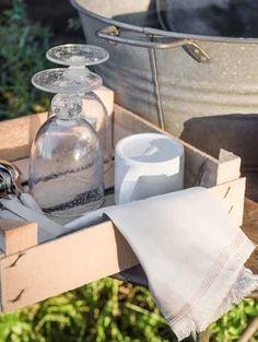 Walter Van Gastel - Countrystijl in de schuur - Glazen Pomax - Linnen servet Pascale Naessens voor Serax - Foto Landelijk Wonen, Fotograaf Claude Smekens - Styliste Marie Masureel