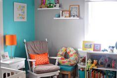 Combinação de cores: móveis brancos e paredes e detalhes coloridos (cinza, azul, laranja)