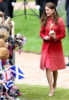 Kate Middleton aposta em look vermelho durante visita à Escócia Duquesa de Cambridge usou peças de marcas britânicas nesta quinta-feira, 29. Apenas o trench coat é assinado por estilista escocês.  (Foto: AFP / Agência)