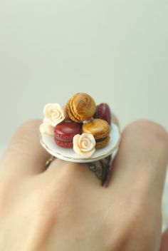 Those Classy French Macaroons Ring in Polymer Clay Food Jewelry Cute Polymer Clay, Cute Clay, Fimo Clay, Polymer Clay Projects, Polymer Clay Charms, Macaron Fimo, French Macaroons, Diy Crafts To Do, Clay Food
