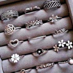 cute rings uploaded by Sally on We Heart It Stylish Jewelry, Cute Jewelry, Jewelry Box, Jewelry Rings, Jewelry Accessories, Jewlery, Glass Jewelry, Bijoux Design, Schmuck Design