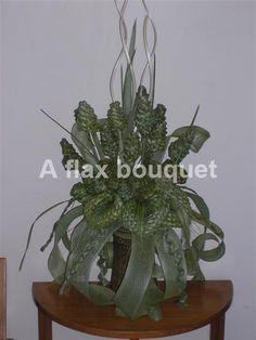 Natural flax flower arrangement. Wedding Bouquets, Wedding Flowers, Flax Weaving, Flax Flowers, Maori Art, Found Art, Ikebana, Flower Arrangements, Centerpieces