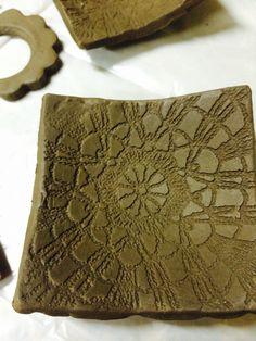 Ceramica de aluna secando para queimar em alta temperatura