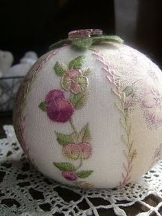 so pretty..I know, its really a Christmas decoration, BUT wouldn't it make a lovely pin cushion?