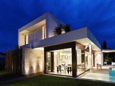 El Arquitecto Duilio Damilano ha realizado esta casa en Bolonia, Italia. Con 250 metros cuadrados en dos plantas, la vivienda juega con la luz y las diversas transformaciones que produce en las líneas, colores y formas del diseño. La vivienda…