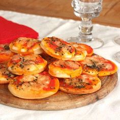A tasty pizza recipe for small pizzas that stay soft for long perfect for picnics children's parties buffets and aperitifs. Pizza Recipes, Veggie Recipes, Cooking Recipes, Veggie Meals, Yummy Recipes, Pizza Appetizers, Appetizer Recipes, Kids Picnic Foods, Picnic Ideas
