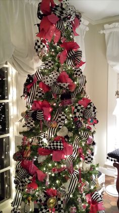 Give your Christmas home the elegant touch. Here are Elegant Christmas Home Decor ideas. These Christmas decors are simple, DIY Decors which you can do. Elegant Christmas Decor, Black Christmas Trees, Ribbon On Christmas Tree, Christmas Aesthetic, Christmas Tree Themes, Noel Christmas, Pink Christmas, Christmas Lights, Minimal Christmas