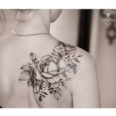 Tattoos and body art: Black and White Rose Tattoo on Back Shoulder. Cool Shoulder Tattoos, Back Of Shoulder Tattoo, Shoulder Tattoos For Women, Shoulder Henna, Floral Shoulder Tattoos, Rose Tattoos For Women, Flower Tattoo Shoulder, Tattoo Women, Black And White Rose Tattoo