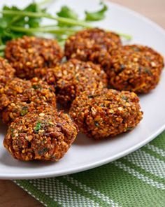 this Falafel recipe turned out great! Ive had some bad experiences trying to make falafel, the secret to this recipe is not cooking the chickpeas! Falafels, Veggie Recipes, Diet Recipes, Healthy Recipes, Sauce Recipes, Tapas, Falafel Recipe, Low Carb Diet, Snacks