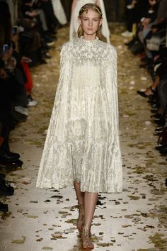 Catwalk photos and all the looks from Valentino Spring/Summer 2016 Couture Paris Fashion Week Style Haute Couture, Spring Couture, Couture Fashion, Runway Fashion, High Fashion, Fashion Show, Fashion Outfits, Fashion Design, Paris Fashion