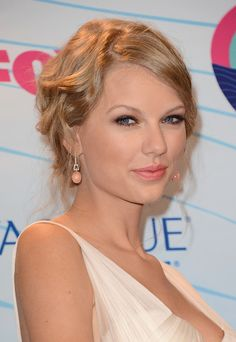 Taylor Swift Photos - Singer Taylor Swift, winner of Choice Female Artist award, poses in the press room during the 2012 Teen Choice Awards at Gibson Amphitheatre on July 2012 in Universal City, California. Taylor Swift Hot, Taylor Swift Songs, Teen Choice Awards, Avon, Vogue Portugal, Swift Photo, Selena Gomez, Celebrity Style, Celebrity Pictures