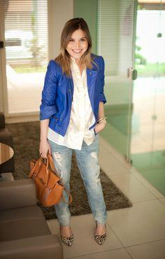 boyfriend jeans + jaqueta azul klein + bolsa caramelo + salto