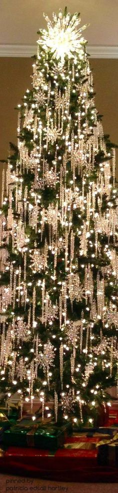 This elegant Christmas tree is perfect for the holiday season. Beautiful Christmas Trees, Elegant Christmas, Noel Christmas, Christmas Lights, Christmas Crafts, Luxury Christmas Tree, White Christmas Trees, Christmas Mantles, Christmas Glitter