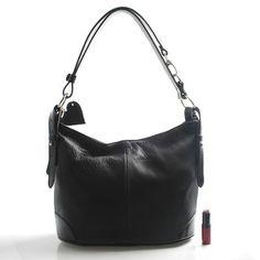 #kabelka #ItalY Nejprodávanější kožená kabelka v kamenných obchodech! Černá elegantně sportovní menší kožená kabelka ItalY. Měkká kůže ve tvaru vaku se lehce přizpůsobí vašemu nošení. Kabelka pojme všechny každodenní potřebné věci. Má nastavitelné ucho a lze ji nosit i crossbody. Hodí se ke všem typům oblečení. Zapíná zipem přes celou délku, uvnitř je jedna postranní kapsička na zip a dvě bez zipu, dále je dělená další kapsou na zip.