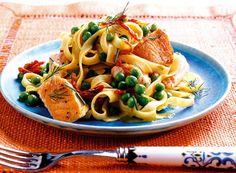 Rezept für Tagliatelle mit Lachs und Paprikasauce bei Essen und Trinken. Ein Rezept für 4 Personen. Und weitere Rezepte in den Kategorien Fisch, Gemüse, Kräuter, Nudeln / Pasta, Hauptspeise, Braten, Dünsten, Kochen.