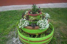 Decore o seu jardim reutilizando pneus.  Saiba como fazer mais coisas em http://www.comofazer.org