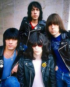 The Ramones their most successful hit song was not only their signature song but it was also a hit movie Rock and Roll High School. They the infinite punk rock band of the Joey Ramone was their lead singer. Joey Ramone, Ramones, Estilo Cholo, Estilo Rock, Punk Rock, Debbie Harry, Rock Roll, Beatles, 70s Punk