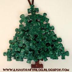 Kerstboom van puzzelstukjes.