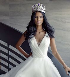 The new Miss South Africa 2018 Tamaryn Green wearing the Enhle crown Designed and made by Jack Friedman. Isn't she gorgeous? Miss World 2014, Pageant Gowns, Beauty Pageant, South Africa, One Shoulder Wedding Dress, White Dress, Photoshoot, Celebrities, Wedding Dresses