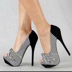 tacones altos y bonitos color beish Pretty Shoes, Beautiful Shoes, Hot Shoes, Shoes Heels, Heeled Boots, Shoe Boots, Stiletto Heels, High Heels, Pumps