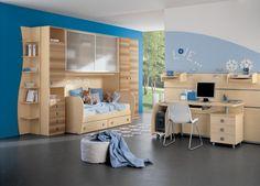 Best Kinderzimmer f r Jungen mit blauer Wand und hellen Holzm beln