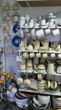 Vintage Enamelware, Vintage Kitchenware, Vintage Tins, Vintage Dishes, Kitchen Queen, Old Kitchen, Shabby, Enamel Ware, Retro Renovation