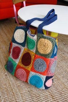 Zo'n tas maken vraagt toch wel wat werk, 27 granny squares, maar je kan dit doen met eenvoudigere granny squares of over een lange tijd...