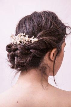 A l'instar de Laure, craquez pour l'une des pièces de la collection exclusive Mimoki x Laure de Sagazan ! Des pistils, des fleurs d'oranger d'une finesse éblouissante, des fils de soie, et des petits cristaux pour l'éclat... Le peigne Cayetana de Alba viendra sublimer votre robe, sans l'éclipser.Fabriqué à la main, à Madrid, dans l'atelier Mimoki. Wedding Hair And Makeup, Wedding Hair Accessories, Bridal Hair, Hair Makeup, Dress Hairstyles, Wedding Hairstyles, Cool Hairstyles, My Beauty, Hair Beauty