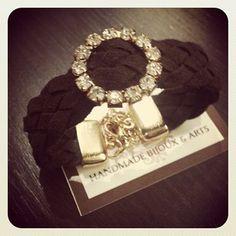 Bracelete em couro trançado, centro em peça de strass, fechos dourado folheado a ouro.