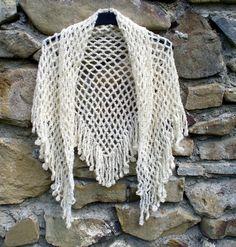 šátek - přehoz přes ramena - pléd uháčkovaný z kvalitní příze - směs alpaky a vlny, smetanová barva. Rozměry: nejdelší strana cca 150 cm, v cípu cca 74 cm, třásně 14 cm.
