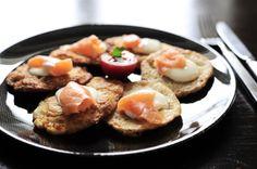 Dzisiaj placki ziemniaczane i ich różne odmiany. W Rosji to tzw. 'draniki'; w kuchni żydowskiej: chrupiące 'latkas' (popularne w czasie święta Chanuki); w USA i UK - 'hash browns' na śniadanie, a w Niemczech: Kartoffelpuffer. My jemy je z łososiem i jogurtem!