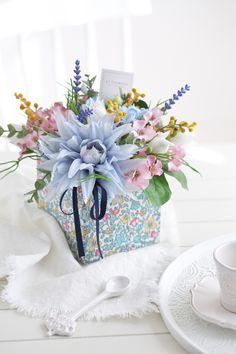 Small Flower Arrangements, Silk Arrangements, Unique Flowers, Small Flowers, Centerpieces, Table Decorations, Flowers Online, Floral Fashion, Flower Boxes