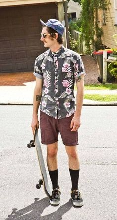 Everything that's trendy in young men's fashion: Floral button-down, five-panel hat, long socks and sneakers, aviators and skateboards. Emphasis on the long socks this season. Hommes Grunge, Long Socks Outfit, Tomboy Fashion, Mens Fashion, Sneakers Fashion, Tomboy Stil, Mode Grunge, Skate Style, Skater Outfits
