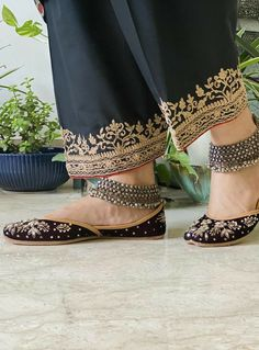 Embroidery Suits Punjabi, Kurti Embroidery Design, Embroidery Fashion, Aari Embroidery, Velvet Suit Design, Velvet Dress Designs, Simple Pakistani Dresses, Pakistani Dress Design, Pakistani Bridal
