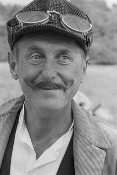BOURVIL, de son vrai nom André Robert Raimbourg1, est un acteur, chanteur et humoriste français, né le 27 juillet 1917 à Prétot-Vicquemare (Seine-Maritime) et mort le 23 septembre 1970 à Paris (XVIe).